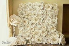 Superb perete din flori de hartie! Senzational pentru o nunta! Ati avea curaj? :)