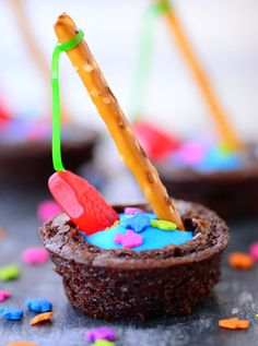 Gone Fishin' Brownie Bites with blue frosting water, fish sprinkles and a pretzel fishing rod with a gummy fish on the line are the CUTEST summer dessert for any party or celebration. Yummy Treats, Sweet Treats, Yummy Food, Fun Food, Tasty, Summer Desserts, Fun Desserts, Summer Drinks, Brownie Bites Recipe