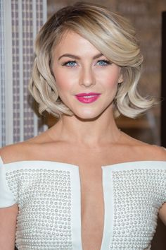 Short haircut and hairstyles from actriz Julianne Hough. Corte e penteados para cabelo curto loiro Blonde Bob Hairstyles, Spring Hairstyles, Braided Hairstyles, Blonde Hair, Celebrity Hairstyles, Short Blonde, Blonde Ombre, Short Hair Cuts For Women, Short Hair Styles