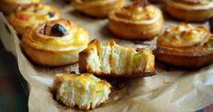 Caracolas rellenas de crema pastelera y fruta escarchada