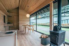 Detalle de la cabaña de madera Ki no Koya desde el interior