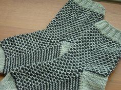 Broken seed stitch -sukat                Broken seed stitch -neule eli räjähtävä helmineule:   1. kerros kaikki oikein vaalealla langalla... Seed Stitch, Crochet Top, Sewing, Knitting, Crafts, Patterns, Fashion, Knit Patterns, Block Prints