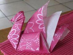 Très facile à réaliser, vous pouvez plier les serviettes en papier ainsi ou juste vous en servir pour décorer la table. Effet garanti! Suivez les explications ci-dessous :
