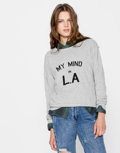 Discover the most comfortable women's sweatshirts for AW 2017 at PULL&BEAR. Oversized, striped or printed hoodies and slogan sweatshirts. Sporty Chic, Grey Sweatshirt, Graphic Sweatshirt, Pull N Bear, Slogan, Graphic Tees, Sweatshirts, Casual, Sweaters