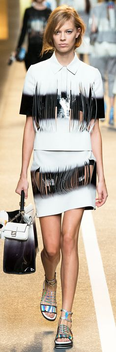 Fendi Spring 2015 Ready-to-Wear Collection Photos - Vogue Couture Fashion, Runway Fashion, High Fashion, Fashion Show, Fashion Design, Milan Fashion, Josephine Le Tutour, Fendi, Laser Cut Fabric