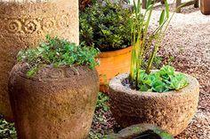 home-nova-arranjos-de-vasos-cria-atmosfera-rustica-nesse-jardim