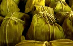 How to Make Delicious Humitas, South American Corn Tamales Corn Tamales, Mexican Tamales, Chilean Recipes, Chilean Food, Bolivian Food, Bolivian Recipes, American Corn, Corn Cakes, Gastronomia