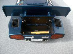 Lamborghini Countach 5000S au 1/18 de marque Burago.  Modifs :  - mise en place d'un imposant aileron plat - fabrication de la boite à air d'admission - intérieur : peinture et flocage en noir et blanc - peinture châssis et moteur - habillage du coffre avant avec l'installation d'un extincteur - clignotants blancs et répétiteurs - jantes ton caisse + disques de frein - feux arrières fumés