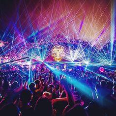 #tomorrowland #lasers #tiesto pic.twitter.com/9fgGNuUSSf