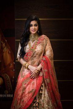 Red Carpet Bride at Manubhai Jewellers: The Temple Jewellery Bride! Indian Gold Jewellery Design, Indian Jewelry, Gold Jewelry, Jewelry Necklaces, Indian Bridal Outfits, Bridal Dresses, Manubhai Jewellers, Beautiful Girl Photo, Half Saree