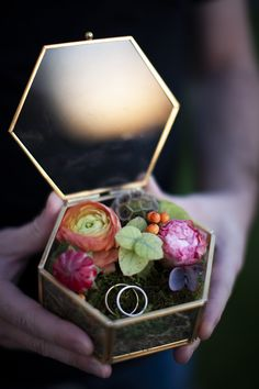 La jolie boite a Alliance de The Raccoon & Cotton Flowers avec mes fleurs ♥ Ring Boxes, Wedding Ring Box, Stuffed Sweet Peppers, Mint, Candles, Glass, Cotton, Photos, Nice Flower