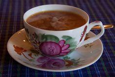 Tee. Juon lähinnä mustaa teetä hunajan ja maidon kera. English Breakfast on yleisin valinta. Irtoteekin käy.