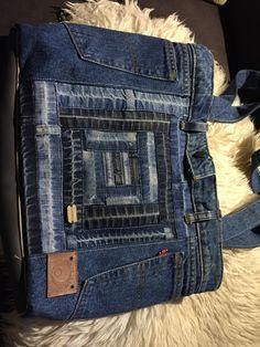 Wieder wurde eine alte Jeans eine schöne Tasche! Bzw. eigentlich aus mehreren Hosenbeinen u einer Jeans. Rückseite mit applizierten Sternen u Reißverschlusstäschchen außen fürs Handy. Verschließen kann man die ganze Tasche natürlich auch mit Reißverschluss u innen gibt es diverse Fächer, eine Reißverschlusstasche für den Geldbeutel u ein Schlüsselbänder, damit man nicht so lange kramen muß!