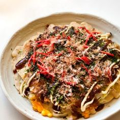 Okonomiyaki is the famous Japanese savory pancake that is usually cooked at the dining table so you can customize it to your taste. Japanese Street Food, Japanese Food, Japanese Recipes, Fried Udon, Spaghetti Salad, Stir Fry Noodles, Udon Noodles, Savory Pancakes, Recipe Tin