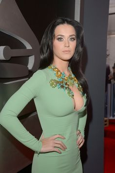 Katy Perry at the Grammys 2013 Katy Perry Grammy, Katy Perry Fotos, Russell Brand, Grammys 2013, Katy Perry Pictures, Beautiful Celebrities, Beautiful Ladies, Fashion Week, Green Dress