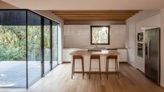PPAA sites geometric volume among forestlands outside mexico city Mexican House, Contemporary Architecture, Architecture Design, Concrete Steps, Concrete Houses, Exterior Cladding, Wood Counter, Indoor Outdoor Living, Wood Beams