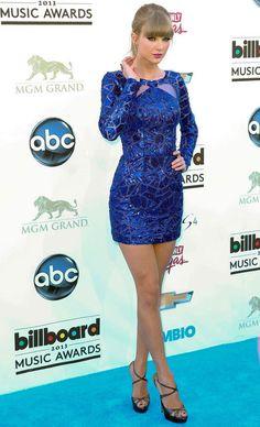 Taylor Swiftin sininen mekko on tyrmäävä. Pitkät hihat kompensoivat todella lyhyttä helmaa. Ainakin