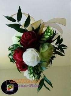Prezentuję bukiety wykonane w koszu, na platerze drewnianym lub lustrze. Koszt bukietu zależy od ilości kwiatów.