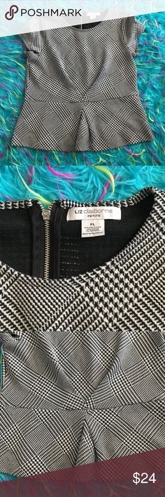 •LIZ CLAIBORNE• Houndstooth Geometric Peplum Top• Excellent condition. Soft, quality material. Zipper on back. Matching skirt available in my closet 💕 Liz Claiborne Tops