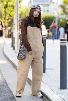 Korean Street Fashion 2018 #무신사 #KStreet #Akiwarinda Korea Street Style, Korean Street Fashion, Korea Fashion, Fashion 2018, Entertainment Stand, Overalls, Khaki Pants, Chic, Outfits