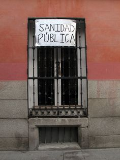 Pancartas Madrid en Defensa de la Sanidad Pública : La sanidad de DEFIENDE, No se Vende.   perroporteno