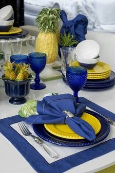 Blue table settings - 58 Inpriations to Create Dusty Blue Wedding – Blue table settings Blue Table Settings, Beautiful Table Settings, Place Settings, Summer Table Decorations, Dining Room Table Decor, Room Decor, Table Arrangements, Tablescapes, Party