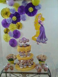 JUJUBA E PEPÊ: Festa Temática Enrolados Disney - Rapunzel - Barbie Theme Party, Rapunzel Birthday Party, Tangled Party, Disney Princess Party, 3rd Birthday Parties, Princess Birthday, Disney Rapunzel, Bolo Rapunzel, Birthday Plan Ideas