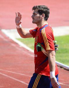 2013-06-04 Iker Casillas entrenado con La Roja (he's back in the game! yay!)