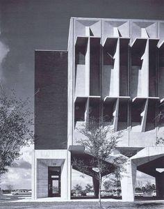 """Complejo IBM, Boca Raton, Florida, 1968-1974 (Marcel Breuer) """"[...] Las superficies modeladas de forma espectacular de los edificios de IBM se entendieron como residuos metafóricos o huellas dejadas en la arquitectura por el paso de la actividad principal de IBM - procesamiento de datos o"""" reconocimiento de patrones """"- a través de la arquitectura."""
