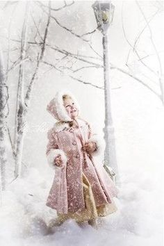 la petite fille dans l'hiver