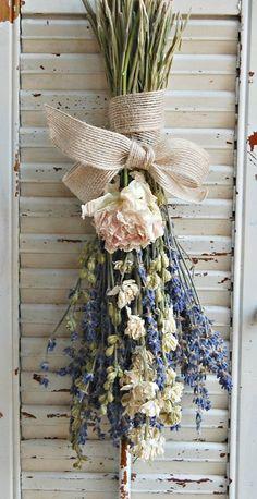 Dried Lavender Bouquet with Dried Larkspur and by Getrocknetes Lavendel Bouquet mit getrocknetem Rittersporn und von Deco Floral, Arte Floral, Floral Design, Dried Flower Arrangements, Dried Flowers, Lavender Cottage, French Lavender, Lavender Bouquet, Lavander