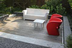 Vlonderterras met modern tuinmeubilair. Modern garden furniture.