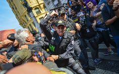 Policiais reprimem brutalmente professores manifestantes no RJ