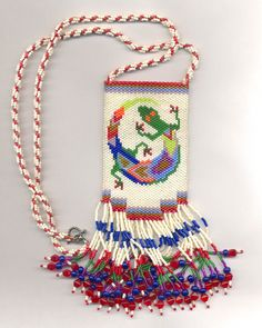 This Pin was discovered by Ana Beaded Purses, Beaded Bags, Seed Bead Jewelry, Beaded Jewelry, Jewellery, Native American Patterns, Beaded Banners, Native Beadwork, Peyote Beading