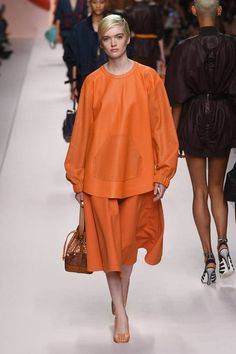 See all the Collection photos from Fendi Spring/Summer 2019 Ready-To-Wear now on British Vogue Spring Fashion Trends, Milan Fashion, Fashion 2017, Runway Fashion, Fashion Show, Fashion Outfits, Womens Fashion, Fashion Design, Fashion Stores