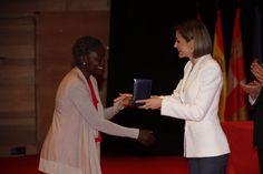 Doña Letizia entrega la Medalla de Oro a Naomi Tegbeh de Cruz Roja Liberiana por la respuesta a la epidemia de ébola en África Occidental Auditorio Miguel Delibes. Valladolid, 08.05.2015