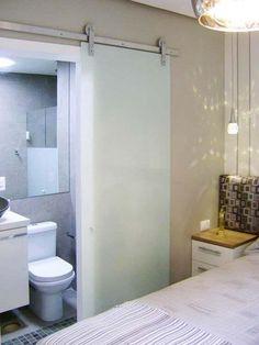картинки по запросу suite pequena com closet banheiro Small Space Living, Small Spaces, Small Apartments, Apartment Living, Small Bathroom, Diy Home Decor, Sweet Home, New Homes, House Design