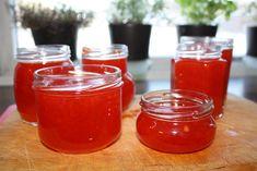 Eg er i grunn ikkje spesielt glad i søte marmelader, men denne - som er laga av paprika og chili - er nydeleg; søt og sterk i eitt. Eg syns...