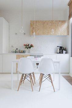 Cozinha branca com destaque da madeira pinus.