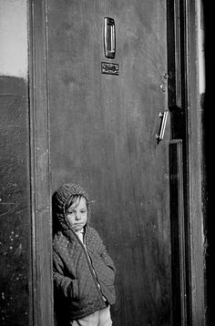 Child waiting for his parents to come home Glasgow tenement 1971 (c) Nick Hedges for Shelter's 'Make life worth living'