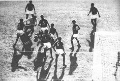 Garrincha driblando 8 defensores mexicanos, pela Copa do Mundo de 1962.