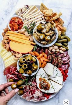 Cheese platter presentation ideas charcuterie board 45 New ideas Charcuterie Recipes, Charcuterie And Cheese Board, Charcuterie Platter, Cheese Boards, Antipasti Board, Antipasto Platter, Cheese Appetizers, Appetizers For Party, Appetizer Recipes
