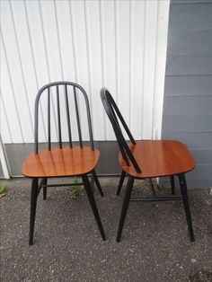 Kivat, pikkuiset pinnatuolit, tukevat, istuimien lakkauksissa kulumaa, mustissa osissa pieniä käytön jälkiä.  45 euroa/kpl.