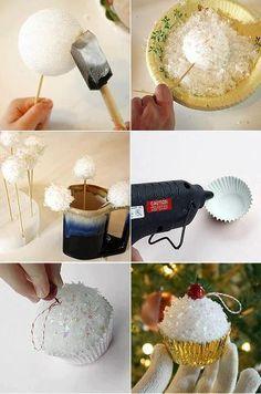 Cupcakes de adornos festivos. Bola de espuma de poliestireno, el brillo y capacillos de cupcakes