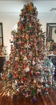 Christmas Tree Inspiration, Christmas Tree Design, Beautiful Christmas Trees, Holiday Tree, Xmas Tree, Christmas Tree Decorations, Traditional Christmas Tree, Antique Christmas, Merry Little Christmas