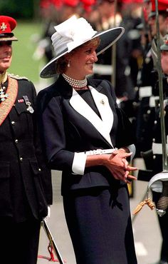 22 July 1995 Princess Diana - inspects a parade of the Light Dragoon Guards at their base in Bergen-Hohne in northern Germany. She is wearing a Catherine Walker suit and a hat by Philip Somerville. (Photo by Jayne Fincher/Getty Images) Princess Diana Fashion, Princess Diana Family, Princess Diana Pictures, Princes Diana, Royal Princess, Princess Of Wales, Kate Middleton, Nora, Diana Williams