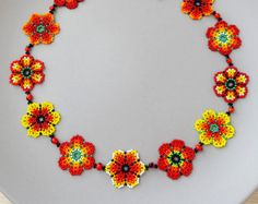 Another version (my favorite) of the if you look with attention you can see how every flower is different from the others Otra version del collar de flores, esta es mi favorita, si te fijas bien puedes darte cuenta que cada flor es diferente. Seed Bead Jewelry, Seed Beads, Beaded Jewelry, Beaded Bead, Peyote Stitch Tutorial, Mexican Flowers, Mexican Jewelry, Peyote Beading, Beaded Flowers