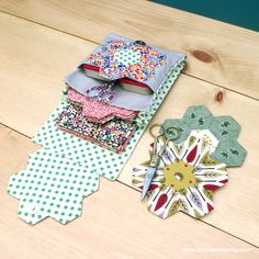 Get your quilting fix on the go with part 3 of my English Paper Piecing tutorial series: the English paper piecing travel kit! Quilting Tips, Quilting Tutorials, Hand Quilting, Quilting Projects, Sewing Projects, Paper Piecing Patterns, Quilt Patterns, Sewing Box, Sewing Case