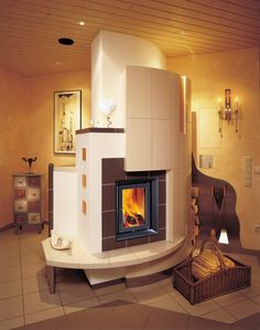 Gut geplante Kachelofen beseelen Wohnräume auf zauberhafte Weise wie diese Variante als Raumteiler.