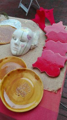Piatti e poggiapentola in argilla bianca, smaltati. Maschera veneziana decorata a terzo fuoco